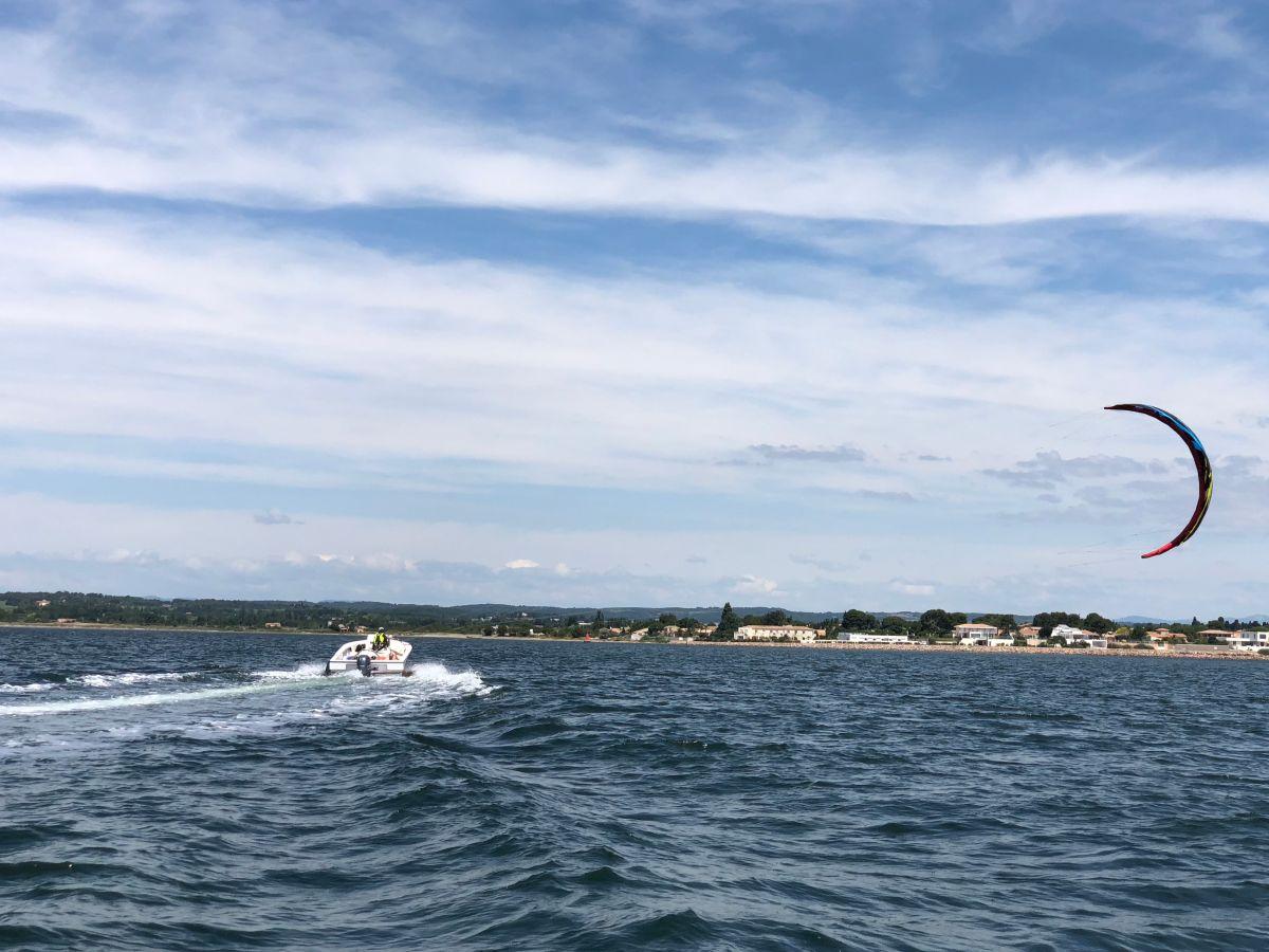 Kitesurf remonter le vent et navigation sur le bassin de Thau avec l'école Fild'Air