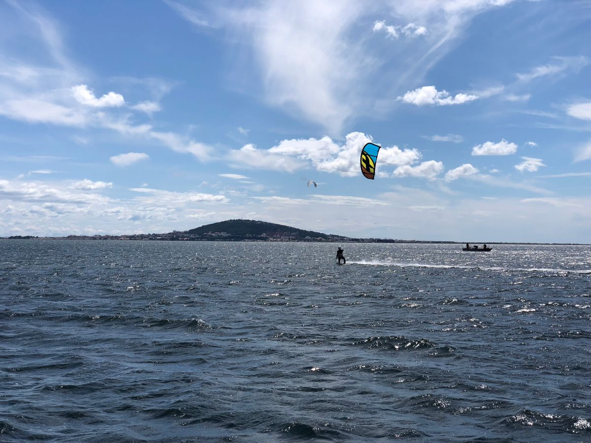 Kitesurf navigation sur le bassin de Thau avec l'école Fild'Air