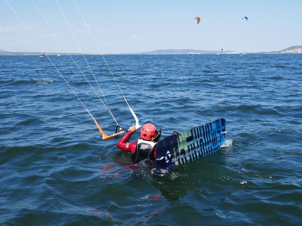 Kitesurf-chausser la planche